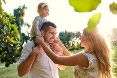 Famiglia felice in un parco in autunno di estate Fotografie Stock Libere da Diritti