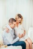 Famiglia felice Una donna incinta Coppie Fotografie Stock Libere da Diritti