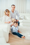 Famiglia felice Una donna incinta Coppie Fotografie Stock