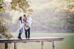 Famiglia felice in una foresta di autunno Fotografia Stock