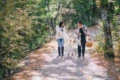 Famiglia felice in una foresta di autunno Fotografie Stock