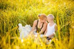 Famiglia felice in una sosta immagine stock libera da diritti