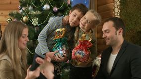 Famiglia felice vicino all'albero di Natale archivi video