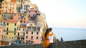 Famiglia felice villaggio stupefacente del fondo di luna di miele nel vecchio di Manarola, Cinque Terre, Liguria, Italia archivi video