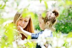 Famiglia in giardino Fotografia Stock Libera da Diritti
