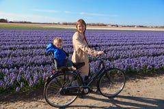 Famiglia in i giacimenti di fiore di primavera Fotografia Stock Libera da Diritti