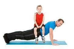 Famiglia: Il papà di aiuti del ragazzo migliora l'allenamento Immagine Stock