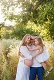 Famiglia incinta felice un giorno di estate sulla natura, sorridendo, famiglia felice Immagini Stock Libere da Diritti