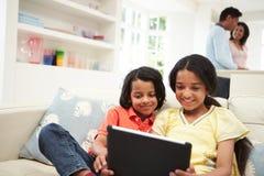 Famiglia indiana con la compressa di Digital a casa Fotografia Stock