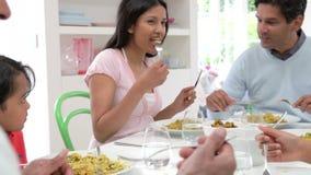 Famiglia indiana della multi generazione che mangia pasto a casa archivi video