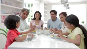 Famiglia indiana della multi generazione che mangia pasto a casa video d archivio