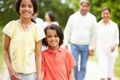 Famiglia indiana della Muti-generazione che cammina nella campagna Fotografie Stock
