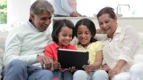 Famiglia indiana di diverse generazioni con la compressa di Digital stock footage