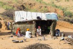 Famiglia indiana vicino alla capanna della paglia in Pushkar, India Fotografie Stock Libere da Diritti