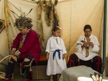 Famiglia indigena che partecipa ad una dimostrazione dei mestieri tradizionali immagine stock libera da diritti