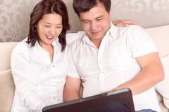 Famiglia interculturale che discute i nuovi piani Immagine Stock