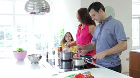 Famiglia ispana che cucina pasto a casa stock footage
