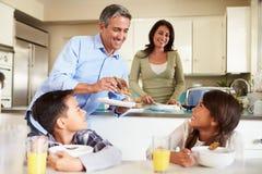 Famiglia ispana che mangia prima colazione a casa insieme Fotografia Stock
