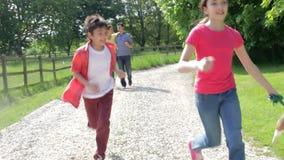 Famiglia ispana che prende cane per la passeggiata in campagna stock footage