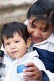 Famiglia latina che beve un compagno fotografia stock libera da diritti