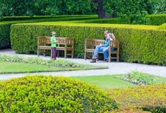 Famiglia nel parco della città di estate immagine stock libera da diritti