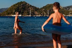 Famiglia in mare di estate in Turchia fotografia stock