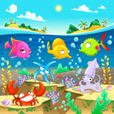 Famiglia marina felice sotto il mare Immagine Stock