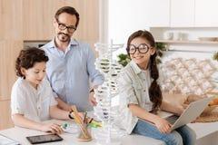 Famiglia monoparentale adorabile che si prepara per la scuola Fotografia Stock Libera da Diritti