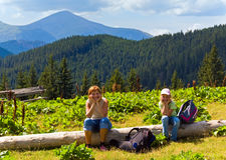 Famiglia in montagna di estate fotografia stock