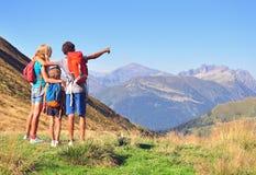 Famiglia in montagne Immagini Stock