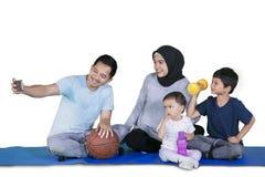 Famiglia musulmana che prende immagine dopo gli esercizi fotografie stock