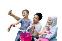Famiglia musulmana che prende insieme un'immagine del selfie immagini stock libere da diritti