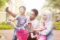 Famiglia musulmana felice che prende autoritratto all'aperto immagini stock libere da diritti