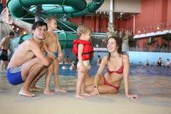 Famiglia nel aquapark Fotografie Stock Libere da Diritti