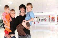 Famiglia nel centro commerciale Fotografia Stock Libera da Diritti