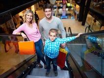 Famiglia nel centro commerciale Fotografie Stock Libere da Diritti