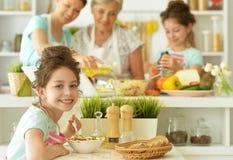 Famiglia nel cuoco della cucina Immagini Stock