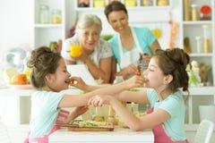 Famiglia nel cuoco della cucina Fotografie Stock
