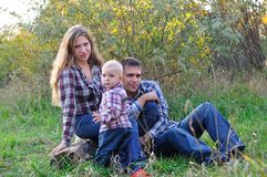 Famiglia nel legno di autunno Fotografie Stock Libere da Diritti