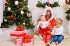 Famiglia nel Natale interno fotografia stock libera da diritti