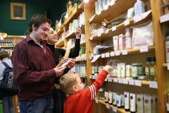 Famiglia nel negozio di sanità Fotografia Stock Libera da Diritti