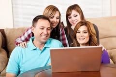 Famiglia nel paese che passa in rassegna Internet Fotografia Stock Libera da Diritti