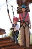 Famiglia nel parco di avventura Immagine Stock