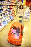 Famiglia nel supermercato Immagine Stock