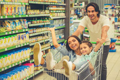 Famiglia nel supermercato Fotografia Stock