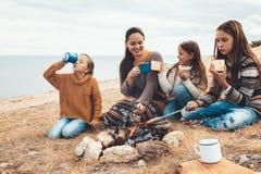 Famiglia nell'aumento di autunno fotografie stock libere da diritti