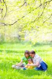 Famiglia nell'erba fotografia stock libera da diritti