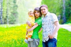 Famiglia nell'erba immagine stock libera da diritti