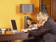 Famiglia nell'ufficio Immagini Stock Libere da Diritti