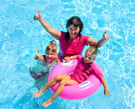 Famiglia nella piscina Fotografie Stock